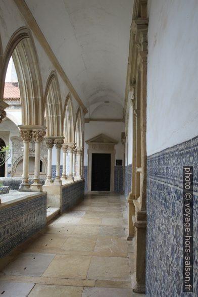 Couloir du Claustro do Cemitério. Photo © Alex Medwedeff