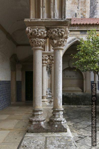 Colonnes doubles entre les arcades du Claustro do Cemitério. Photo © André M. Winter