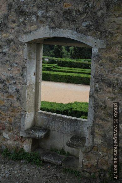 Fenêtre de la résidence en ruine de Dom Henrique. Photo © Alex Medwedeff