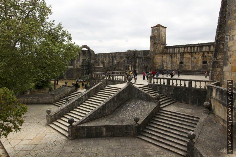 Escaliers entre le jardin et l'entrée du Couvent de l'ordre du Christ. Photo © André M. Winter