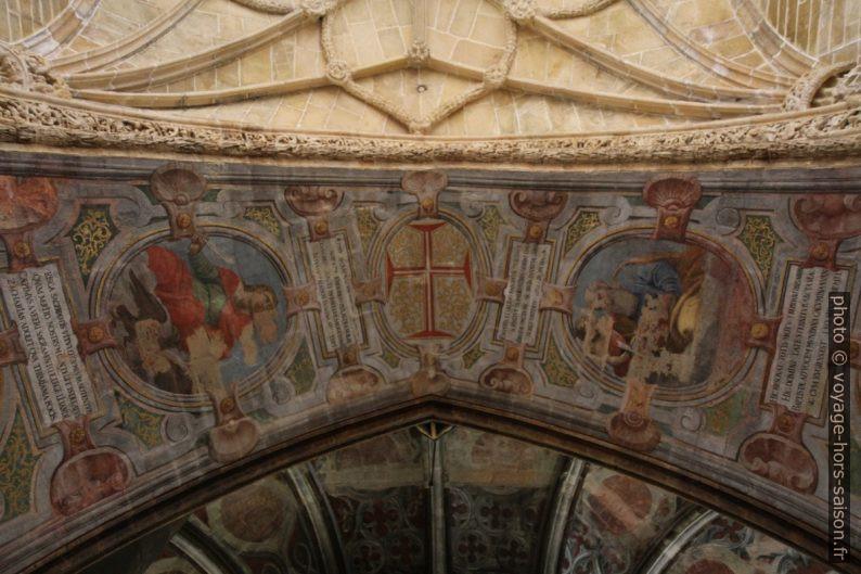 Peintures sur l'arc entre la nef et la Rotonde du Couvent de l'ordre du Christ. Photo © Alex Medwedeff