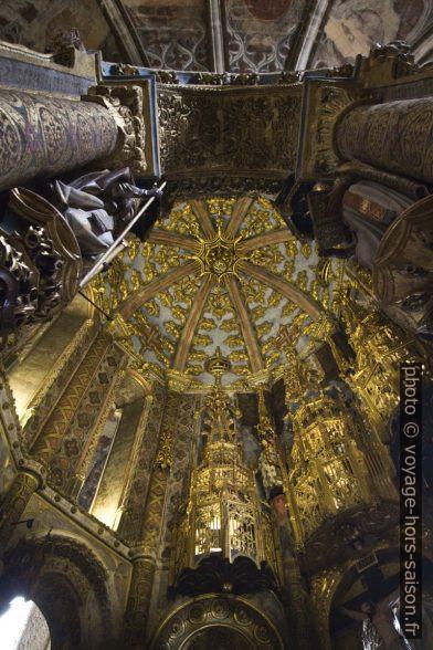 Coupole dorée au centre de la Rotonde du Couvent de l'ordre du Christ. Photo © André M. Winter