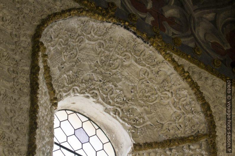 Décor en stuc d'une fenêtre de la Rotonde du Couvent de l'ordre du Christ. Photo © André M. Winter