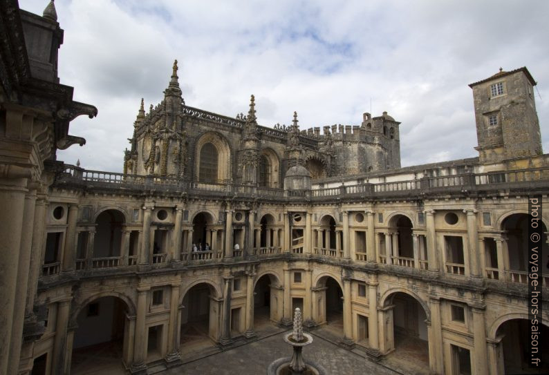 Claustro de D. João III et l'église du couvent au fond. Photo © André M. Winter