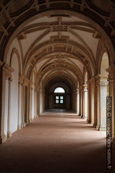 Couloir du Cloître Principal du Couvent de l'ordre du Christ. Photo © Alex Medwedeff