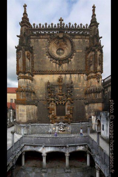 Façade ouest de la nef de l'église du Couvent du Christ avec la fenêtre manuéline. Photo © André M. Winter