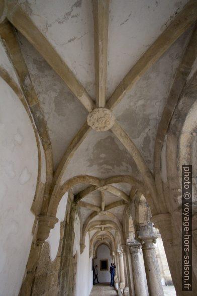 Voûtes du couloir du niveau inférieur du Claustro da Hospedaria. Photo © André M. Winter