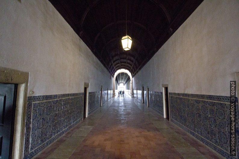 Couloir du grand dortoir du Couvent de l'ordre du Christ. Photo © André M. Winter