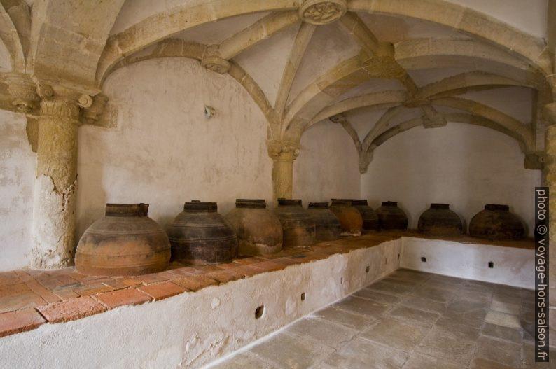 Jarres de la cave à huile d'olive du Comte de Tomar. Photo © André M. Winter