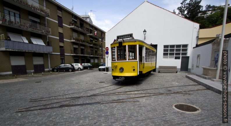 Tram de Coimbra exposé sur des rails tronqués. Photo © André M. Winter
