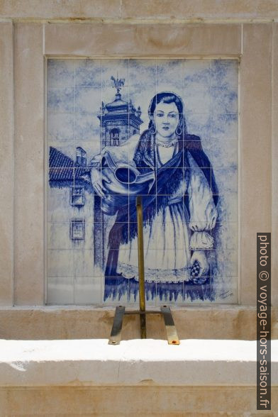 Azulejo montrant une femme avec une cruche d'eau. Photo © Alex Medwedeff