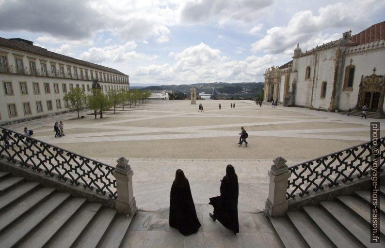 Deux étudiantes sortent par la Via Latina. Photo © André M. Winter