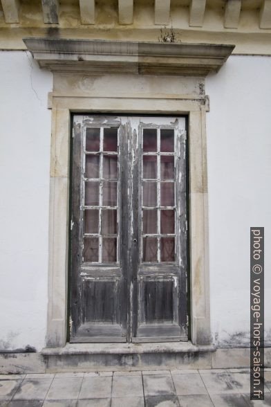 Fenêtre extérieure de la Sala dos Capelos en mauvais état. Photo © Alex Medwedeff