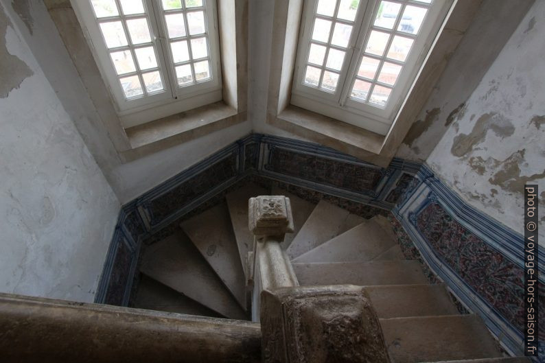 Cage d'escalier avec azulejos dans l'ancienne Université de Coimbra. Photo © André M. Winter
