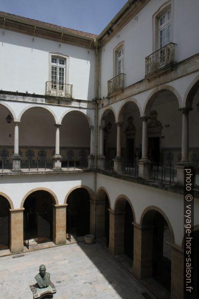 Cour avec arcades sur deux étages de l'ancienne Université de Coimbra. Photo © Alex Medwedeff
