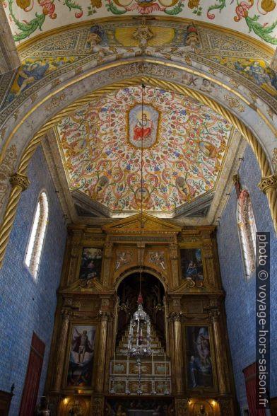 Plafond peint et autel de la Capela de São Miguel. Photo © Alex Medwedeff