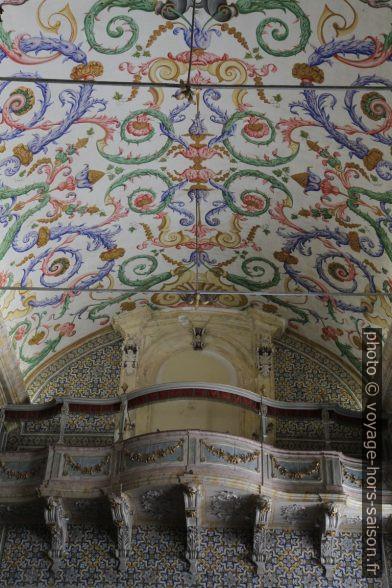 Galerie et plafond peint de la Capela de São Miguel. Photo © Alex Medwedeff