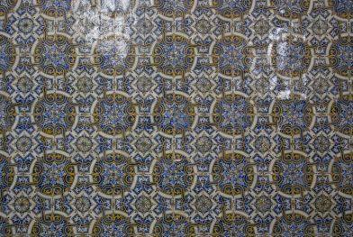 Azulejos jaunes et bleus de la Capela de São Miguel. Photo © André M. Winter
