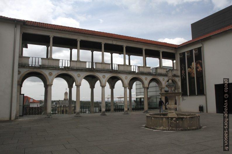 Arcades de la cour du Musée national Machado de Castro. Photo © Alex Medwedeff