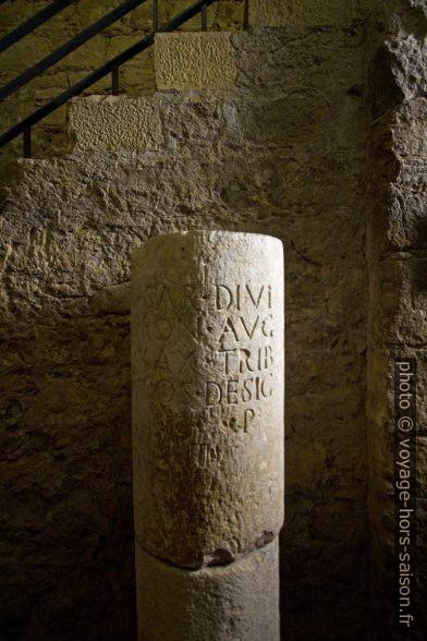 Colonne romaine gravée d'un texte latin. Photo © André M. Winter