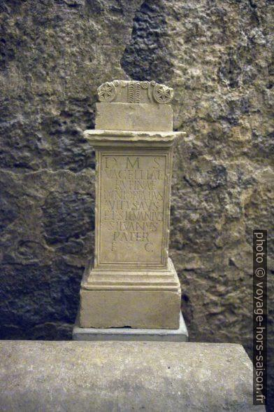 Monument du forum exposé dans le cryptoportique de Coimbra. Photo © Alex Medwedeff