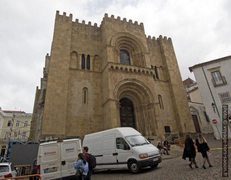 Façade principale de la Sé Velha de Coimbra. Photo © André M. Winter