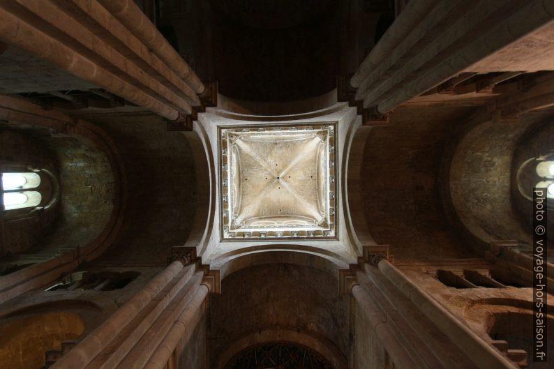 Vue verticale vers le haut dans la croisée du transept de la Sé Velha de Coimbra. Photo © André M. Winter