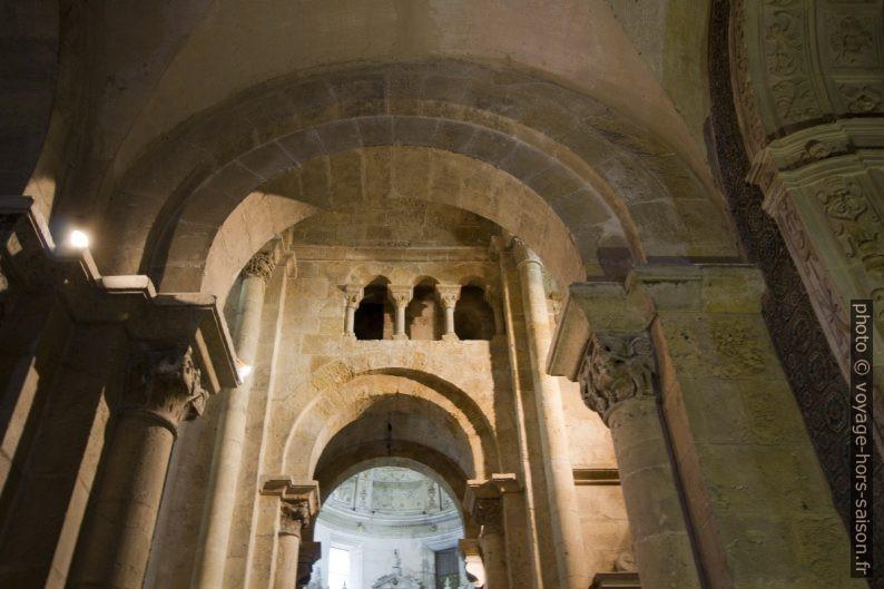 Galeries en hauteur dans le transept de la Sé Velha de Coimbra. Photo © André M. Winter