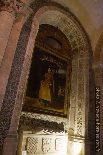 Tombe de l'évêque Tibúrcio et tableau de la reine Santa Isabel. Photo © Alex Medwedeff