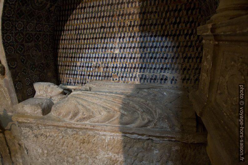 Tombe d'un l'évêque dans la Cathédrale Velha de Coimbra. Photo © André M. Winter