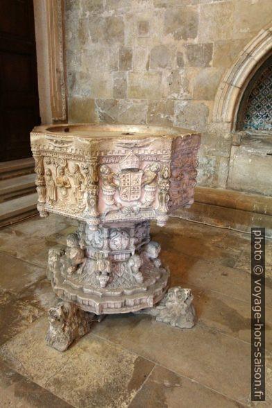 Fonts baptismaux de la Cathédrale Velha de Coimbra. Photo © André M. Winter