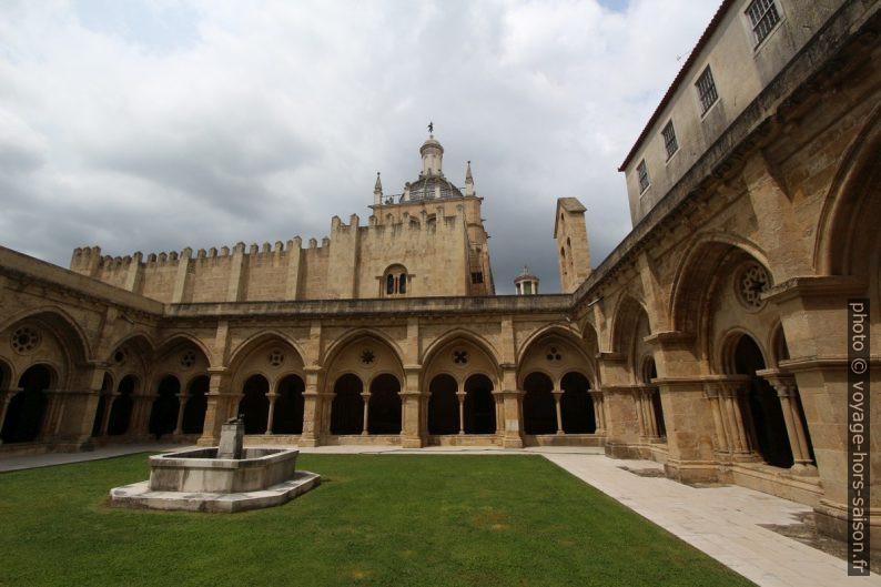 Jardin et fontaine du cloître de Cathédrale Velha de Coimbra. Photo © André M. Winter