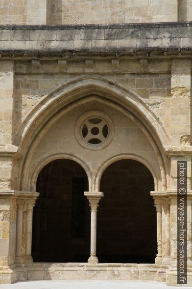 Arcade du cloître de la Cathédrale Velha de Coimbra. Photo © Alex Medwedeff