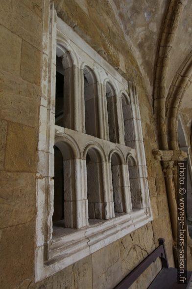 Remplage roman dans le cloître de la Cathédrale Velha de Coimbra. Photo © André M. Winter
