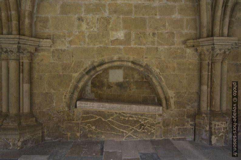 Niche dans le cloître de la Cathédrale Velha de Coimbra. Photo © André M. Winter