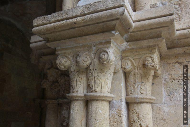 Un chapiteau d'un coin du cloître de la Cathédrale Velha de Coimbra. Photo © André M. Winter