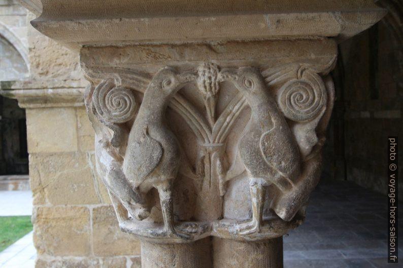 Oiseaux sur un chapiteau du cloître de la Cathédrale Velha de Coimbra. Photo © André M. Winter