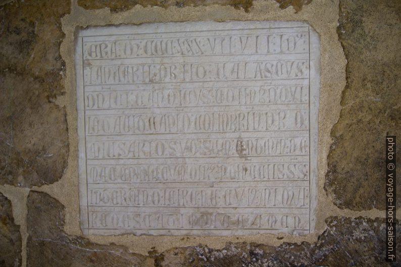 Plaque en écriture ronde du cloître de la Cathédrale Velha de Coimbra. Photo © André M. Winter