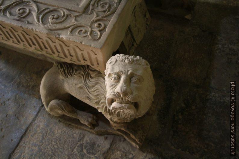 Lion sous un sarcophage du cloître de la Cathédrale Velha de Coimbra. Photo © André M. Winter