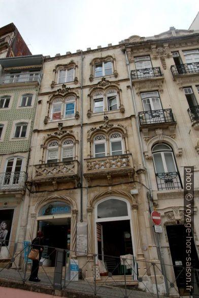 Maison à la façade post-manuéline dans la Rua do Corpo de Deus. Photo © André M. Winter