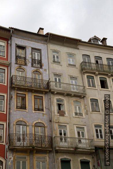 Maisons couvertes de carrelages sur la Praça do Comércio. Photo © Alex Medwedeff