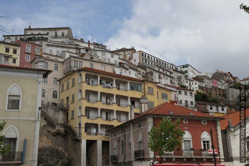 Maisons construite sur les flancs de la colline de Coimbra. Photo © André M. Winter