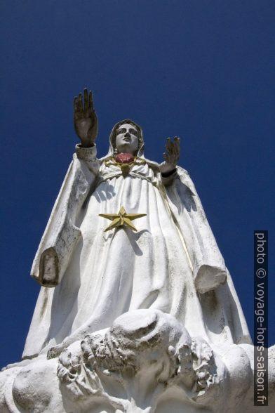 Senhora do Amor avec une main surdimensionnée. Photo © André M. Winter