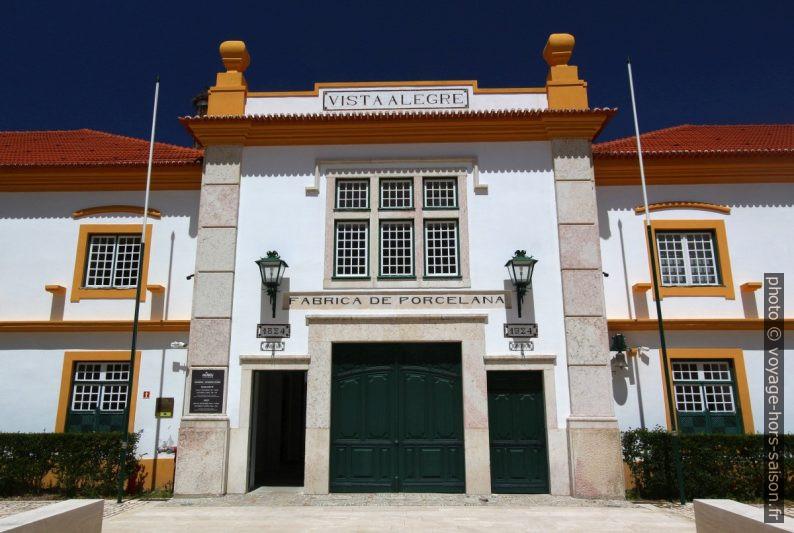 Portail historique de la fabrique de porcelaine de Vista Alegre. Photo © André M. Winter