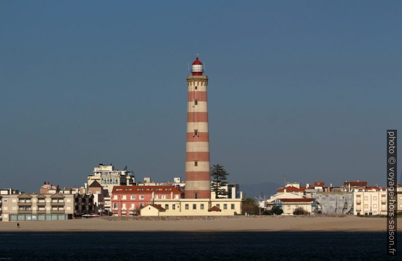 Phare d'Aveiro vu du môle sud. Photo © André M. Winter