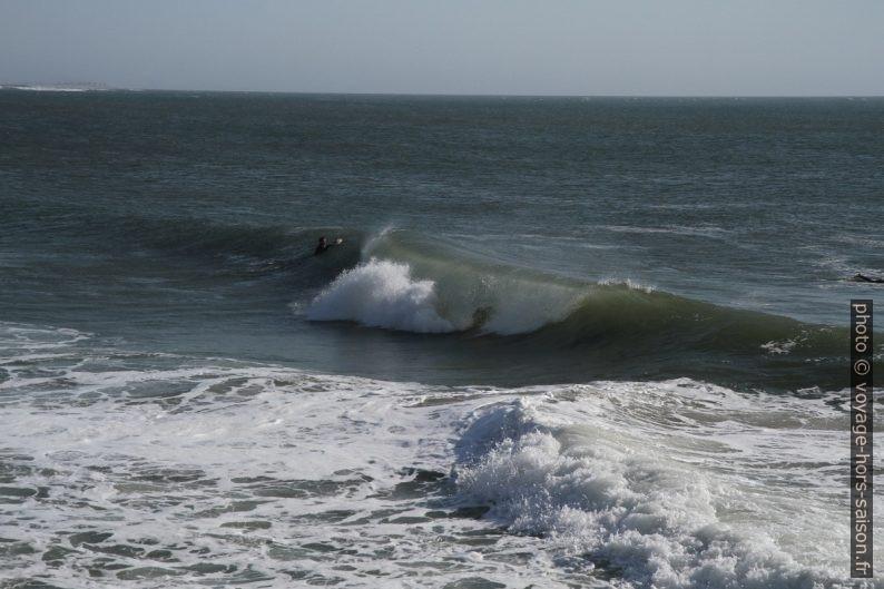Vague qui déferle à Praia da Barra. Photo © Alex Medwedeff