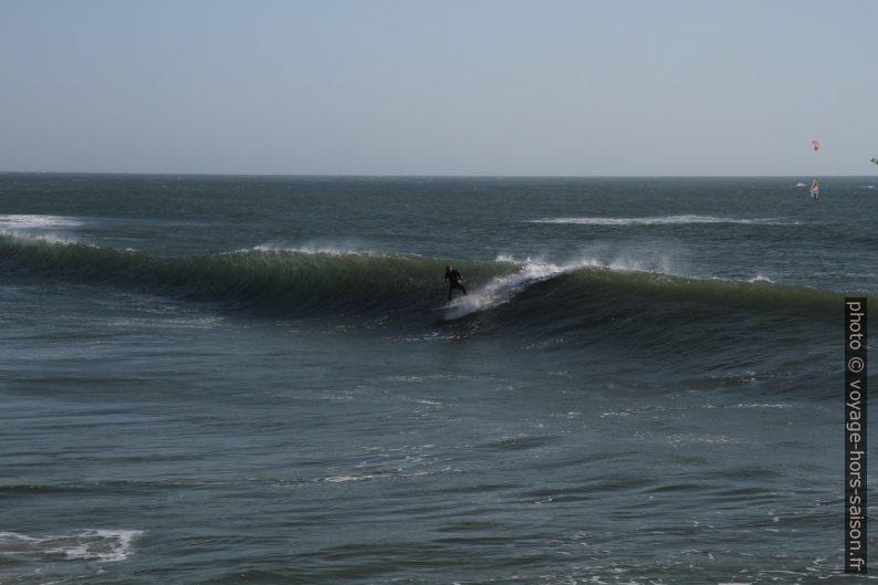 Un surfeur au large de la Plage de Barra. Photo © Alex Medwedeff
