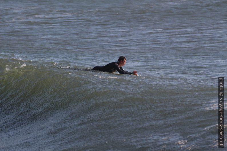 Un surfeur sort vers le large. Photo © André M. Winter
