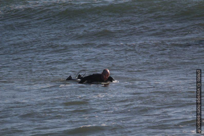 Un surfeur ramant vers le large. Photo © André M. Winter
