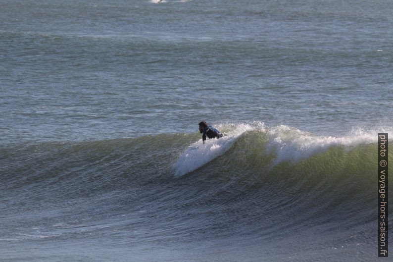 Un surfeur se lance sur une vague déferlante. Photo © André M. Winter